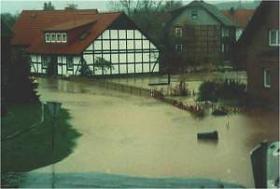 Folge einer Begradigung: Hochwasser! Denn die Wassermenge kommt schneller zu Tal.