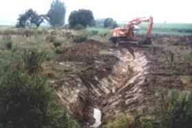 Der Quellbach Valenke war auf 70 m verrohrt. Nach dem Flächenankauf wurde ein neues Bachbett modelliert.