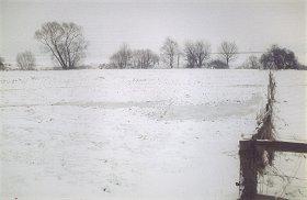 In der tauenden Schneedecke wird der anzulegende (alte) Bachlauf gut sichtbar.