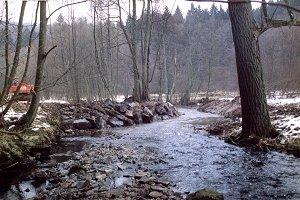 Die Wasserbausteine (Bildmitte) verschließen den begradigten Bachlauf (s. Bild oben). Das Wasser findet den Weg zum naturnahen, wieder angebundenen Altarm.